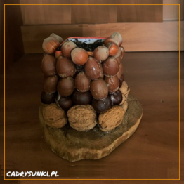 Osłonka na doniczkę która zostałą ozdobiona owocami lasu w postaci orzechów, kasztanów, drewna. Wkład doniczkowy ogrodowy może być również wsadem na wazon.