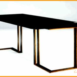 Biurko z metalowymi nogami w kolorze rydum wykonane ze stali.
