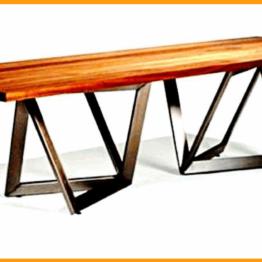 Duży stół do salonu z drewnianym blatem.