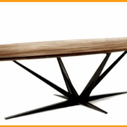 Promienista konstrukcja nóg stołu rozchodząca się od podstawy czyli tutaj podłogi.