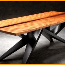 Stół biesiadny drewniany z nogami w kolorze czarnym.
